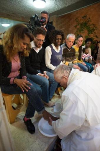 Quinta-feira Santa de 2015: Papa Francisco lava pés de transexual.