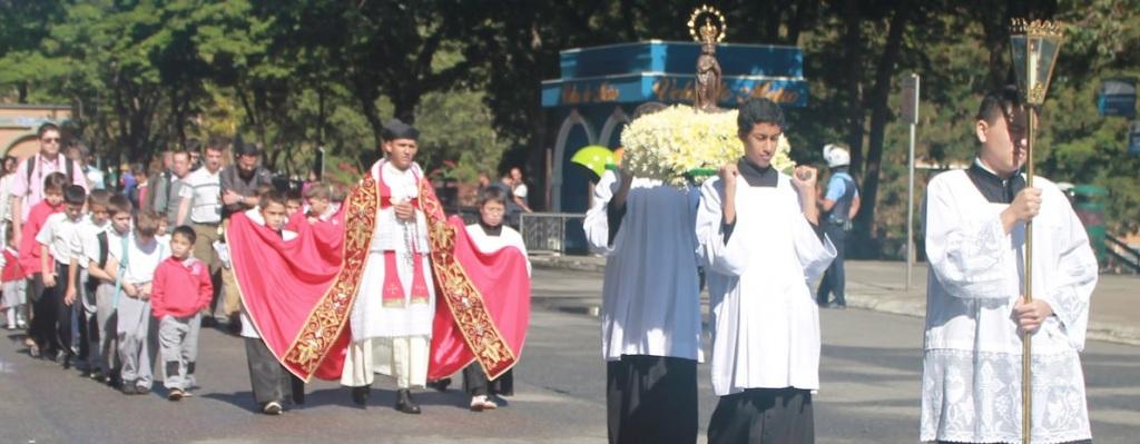 Padre Edivaldo com o Colégio São Mauro em Peregrinação à Aparecida, maio de 2015