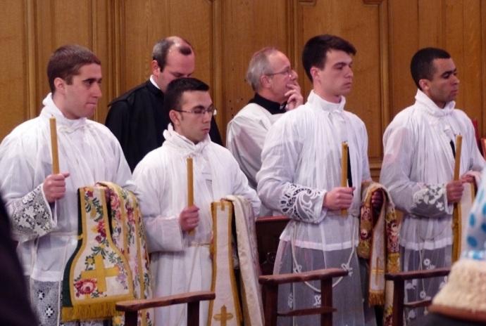 Da esq. para direita: seminaristas José Luiz, Adolfo Andrés, Guillaume Touche e Thiago Bonifácio, em sua ordenação subdiaconal (março de 2015).