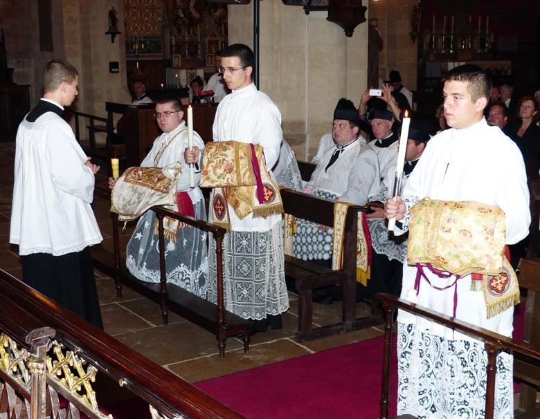 Os subdiáconos Tomás Parra (esq.) e Pedro Gubitoso (dir.) recebem o diaconato