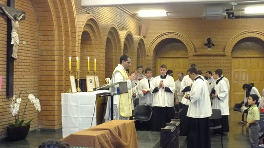 Pe. Renato Coelho, IBP-SP, celebra a Santa Missa por ocasião da VI Peregrinação da Montfort à Aparecida
