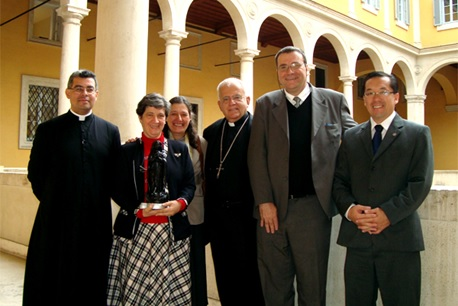 Pe Almir de Andrade (à esquerda) recebe comitiva da Montfort junto com Dom Augustine Di Noia na Comissão Ecclesia Dei, 2012.