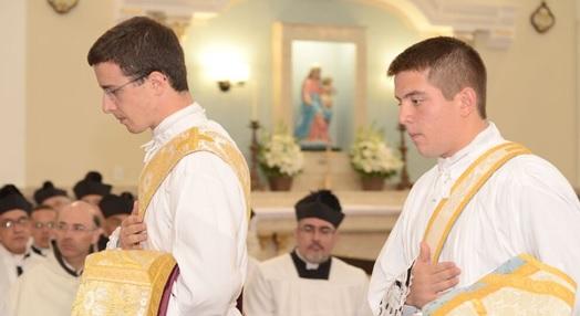 O Pe. Pedro Gubitoso (direita) ficará em Bordeaux, França, ao passo que o Pe. Tomás Parra será alocado em Brasília (esquerda), junto ao Pe. Daniel Pinheiro.