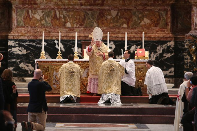 Cardinal_Raymond_Burke_gives_the_final_blessing_during_the_Summorum_Pontificum_Pilgrimage_Mass_in_Rome_on_Oct_25_2014_Credit_Daniel_Ib__ez_CNA_CNA_10_27_14