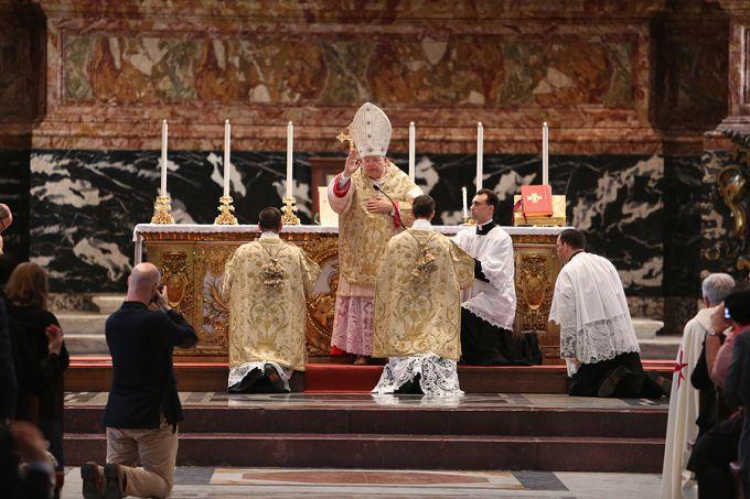 Cardinal_Raymond_Burke_gives_the_final_blessing_during_the_Summorum_Pontificum_Pilgrimage_Mass_in_Rome_on_Oct_25_2014_Credit_Daniel_Ib__ez_CNA_CNA_10_27_14