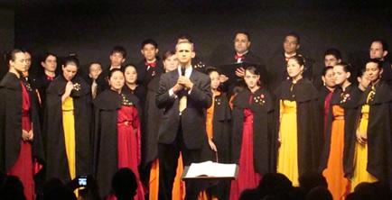 O regente Edivaldo Oliveira e o Flammula Chorus, 2009