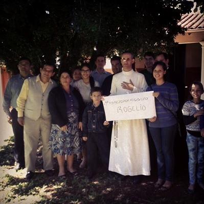 Pe. Edivaldo com hábito branco da Fraternidade São Mauro e fiéis paraguaios