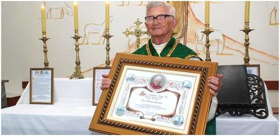 Cônego Aldomiro recebe a bênção apostólica de Bento XVI por ocasião de seus 61 anos de sacerdócio, em 2011.