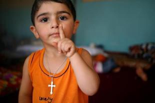 Menino iraquiano cristão que fugiu com a família da vila de Hamdania- província de Mosul.