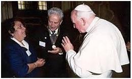 Humberto e sua esposa em audiência com o papa João Paulo II, que o nomeou Membro vitalício da Pontifícia Academia para a Vida, em 1993.
