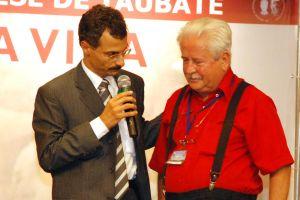 Prof. Hermes Nery homenageia Prof. Humberto Vieira no congresso internacional em defesa da vida, em Aparecida (SP), em 2008.