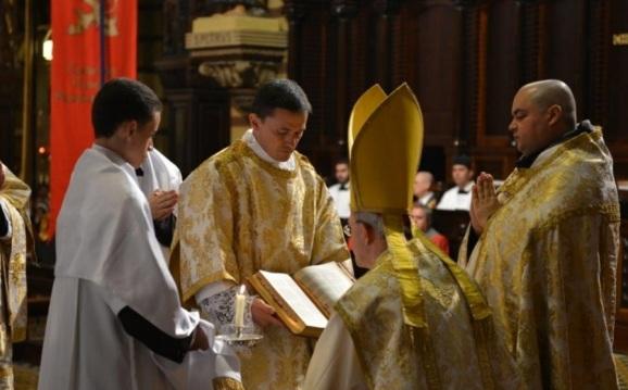 Dom Athanasius Schneider celebra Missa Pontifical no Mosteiro de São Bento. A seu lado, os padres brasileiros Vilmar Pavesi (esquerda na foto) e Bruno Costa, OSB (direita na foto).