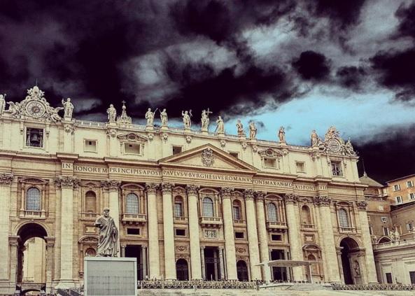 Nuvens sobre o Vaticano.