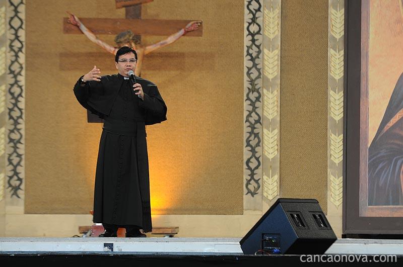 Padre Wilson pregando na Canção Nova.