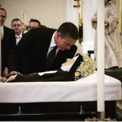 """Ator James Caviezel, intérprete de Nosso Senhor no filme """"A Paixão"""", beija o corpo de Madre Angelica"""