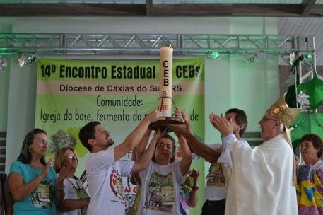 """Dom Alessandro Ruffinoni, bispo de Caxias do Sul, aplaudindo """"pretenso"""" círio pascal"""