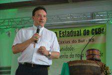 """Dom Leomar Brustolin (bispo auxiliar de Porto Alegre) marca sua presença no encontro com a palestra """"Comunidade de Comunidades"""" (ressurreição das CEBs)"""