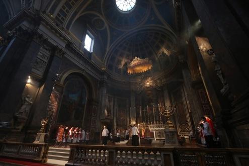 """Cardeal Sarah celebra missa """"versus Deum"""" no Oratório de Londres."""