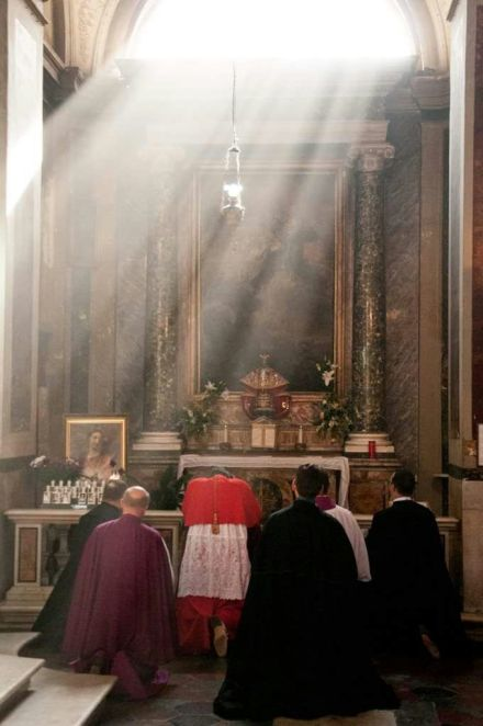 Cardeal Burke reza diante do Santíssimo Sacramento.