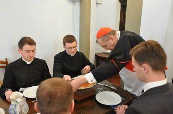 Sexta-feira Santa: Cardeal Burke serve seminaristas.