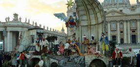 """71208004. Ciudad del Vaticano, 8 Dic. 2017 (Notimex-Andrés Beltramo).- Al ritmo de villancicos como """"Venid adoremos"""" y con el recitado de algunos poemas, se iluminó el árbol de Navidad gigante y el nacimiento de tamaño natural, ambos colocados en el centro de la Plaza de San Pedro. NOTIMEX/FOTO/ANDRÉS BELTRAMO/COR/REL/NAVIDAD17"""