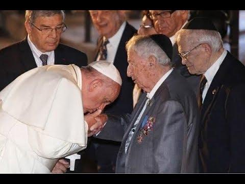 Papa beijando a mão