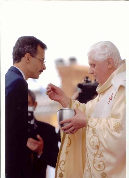 Prof. Hermes Rodrigues Nery recebe a comunhão do papa Bento XVI, em 13 de maio de 2007, na Basílica de Nossa Senhora da Conceição Aparecida. (1)