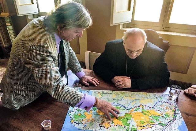Martin von Hildebrand explicando o Corredor AAA ao chanceler da Academia de Ciências do Vaticano, Mons. Marcelo Sánchez Sorondo