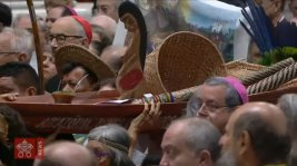 Foto principal - Imagem pagã de Pacha Mamma em procissão no interior da Basílica de São Pedro
